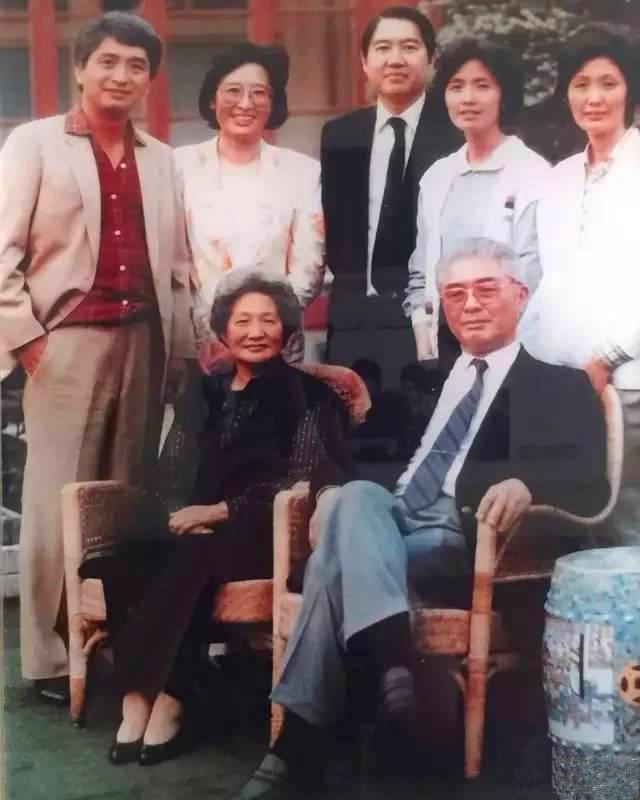 夫人:杨鉴清:因病于2014年1月8日在香港逝世,享年96岁.